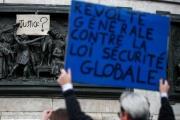 Des manifestants défilent dans les rues de Paris, en opposition à la loi «sécurité globale», le 30 janvier.
