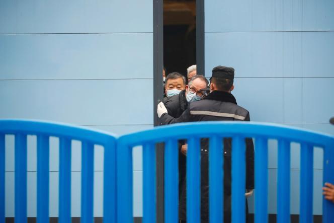 Peter Ben Embarek, l'un des membres de l'équipe de l'Organisation mondiale de la santé chargée d'enquêter sur les origines du SARS-CoV-2 en Chine, le 31janvier au marché Huanan de Wuhan.