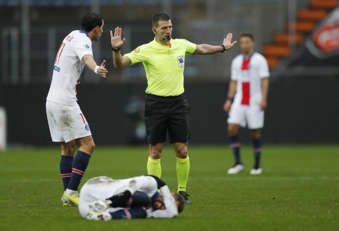 Outre Neymar, touché contre Caen en Coupe de France, l'Argentin Angel Di Maria, blessé à la cuisse à Marseille, est également forfait.