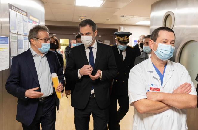 Olivier Véran lors d'une visite pour rencontrer le personnel infirmier de l'hôpital Avicenne, à Bobigny (Seine-Saint-Denis), le 29 janvier.