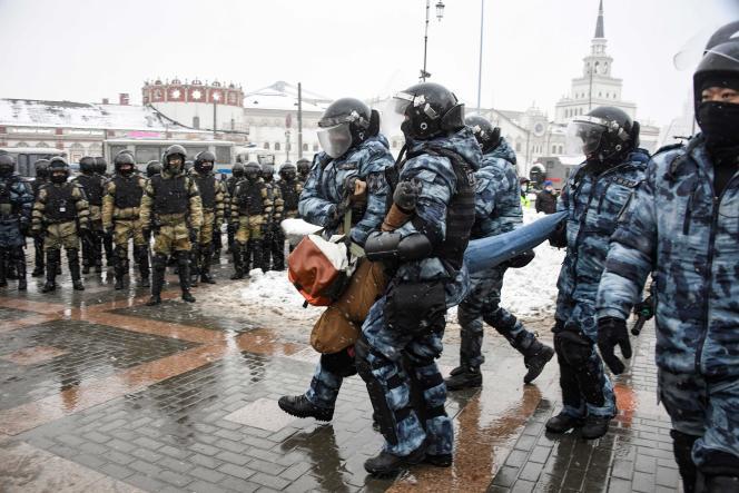 Un manifestant est arrêté par la police anti-émeutes dimanche 31 janvier à Moscou, en Russie, pour demander la libération de l'opposant Alexeï Navalny.