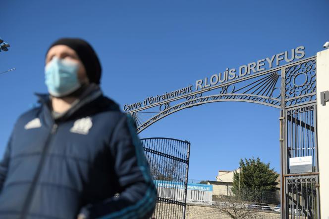 Devant le centre d'entraînement de l'Olympique de Marseille (OM), dimanche 31janvier, vingt-quatre heures après le rassemblement de quelque 300supporteurs du club ayant donné lieu à des violences.