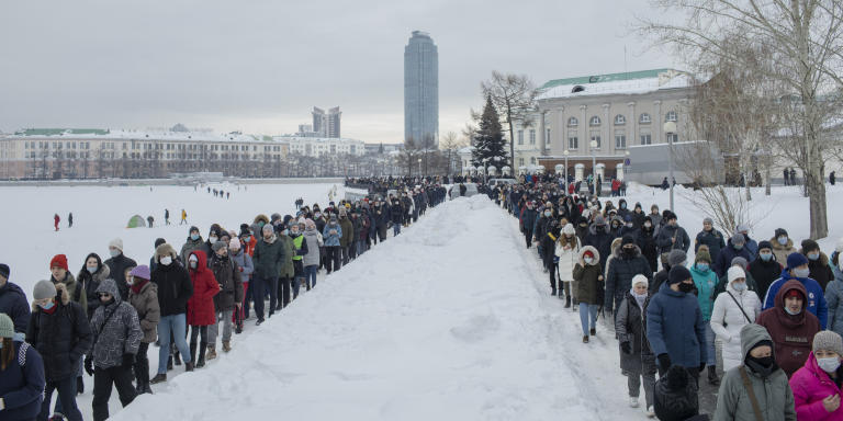EKATERINBURG, Russia - January 31, 2021. People gather during a rally against the jailing of opposition leader Alexei Navalny in the centre of Ekaterinburg, Russia on Sunday. Emile Ducke pour Le Monde.