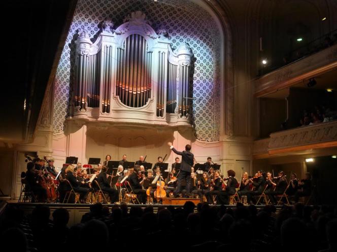 Le chef Adrien Perruchon et l'Orchestre Lamoureux, à la Salle Gaveau (Paris), le 18 novembre 2018.