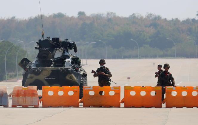 Les militaires tiennent un poste de contrôle mis en place sur la route menant au Congrès, à Naypyitaw, en Birmanie, le 1er février.