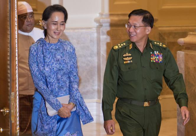 Aung San Suu Kyi et le chef de l'armée birmane, le général Min Aung Hlaing (à droite), au palais présidentiel de Naypyidaw, en Birmanie, en mars 2016.