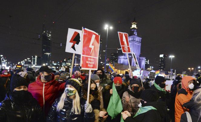 Χιλιάδες άνθρωποι διαδήλωσαν κατά της ετυμηγορίας που περιορίζει την πρόσβαση σε άμβλωση κοντά στα κεντρικά γραφεία του κυβερνητικού κόμματος στη Βαρσοβία στις 29 Ιανουαρίου.
