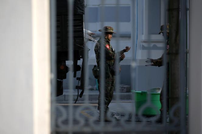 Des soldats birmans sont postés à l'intérieur de l'hôtel de ville de Rangoun, en Birmanie, le 1er février.