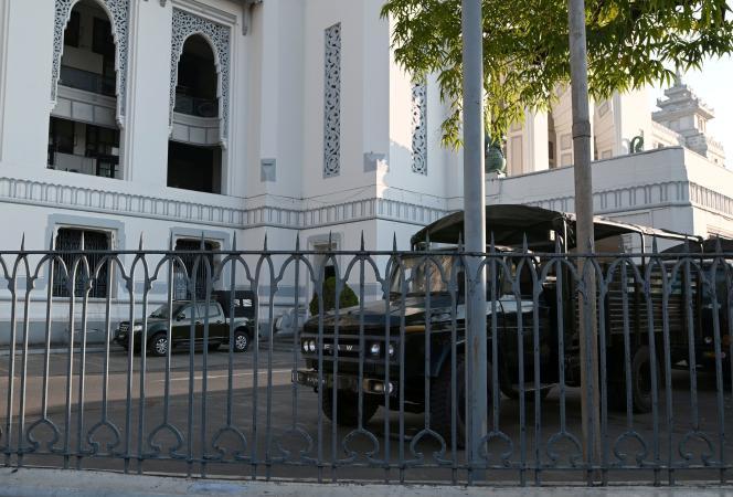 Des véhicules militaires sont garés à l'intérieur de l'hôtel de ville de Yangon, en Birmanie, le 1er février.