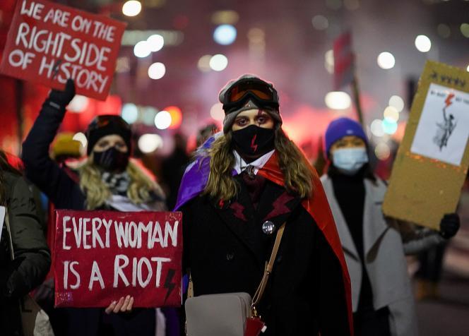 Une femme tient une pancarte« Chaque femme est une insurrection», lors d'une manifestation,à Varsovie, le 29 janvier.