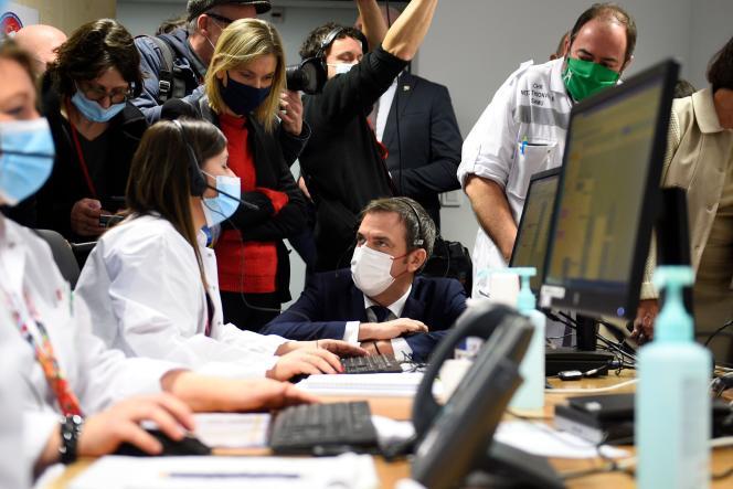 Agnès Pannier-Runacher et le ministre français de la Santé Olivier Veran s'entretiennent avec un téléopérateur médical à l'hôpital Mercy, Hôpital régional de Metz-Thionville avant de nouvelles annonces pour freiner la propagation du nouveau coronavirus Covid-19 le 14 janvier 2021, à Ars-Laquenexy, dans l'est de la France.