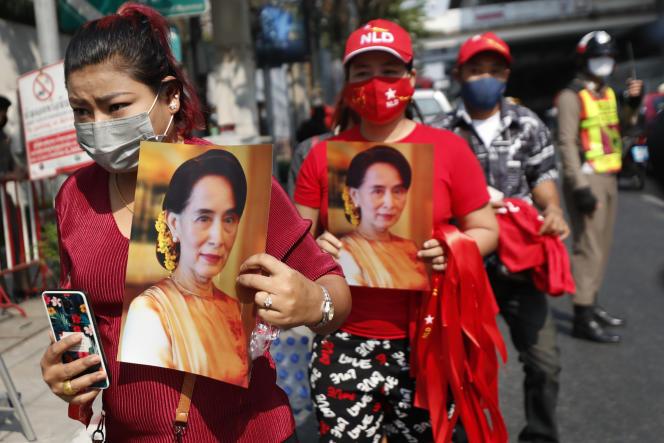 Des Birmans vivant en Thaïlande manifestent leur soutien à Aung San Suu Kyi, devant l'ambassade de Birmanie, à Bangkok, le 1er février.
