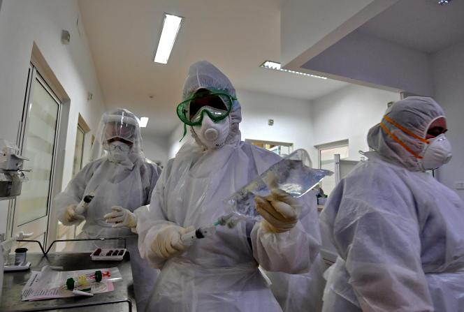 Dans le service des soins intensifs des malades du Covid-19 de l'hôpital Abderrahmen Mami, dans le quartier de l'Ariana, à TUnis, le 27 janvier 2021.
