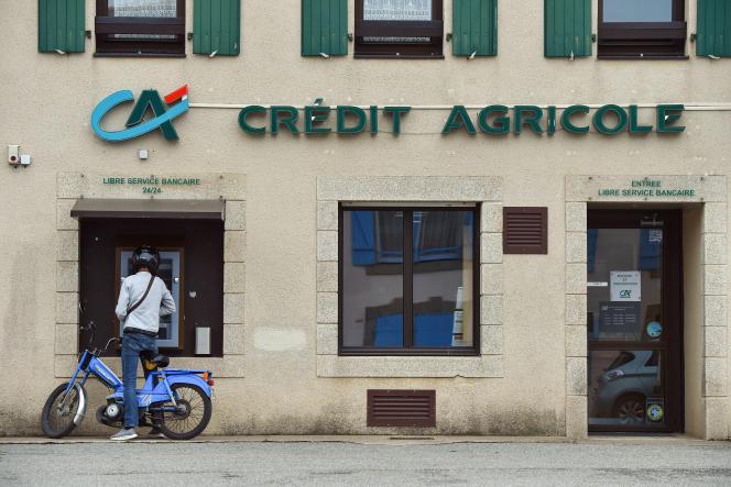 Un homme retire de l'argent à undistributeur du Crédit Agricole, sur l'île de Groix (Morbihan), le 19 juin 2019.