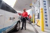 Ravitaillement d'un véhicule à la première station Shell de ravitaillement en hydrogène de Vancouver, au Canada.