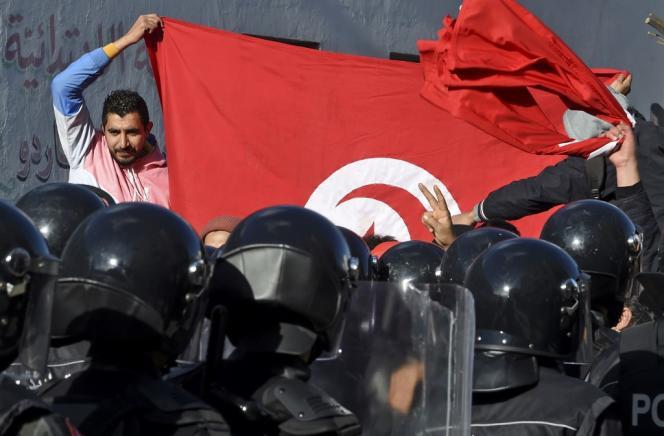 A Tunis, devant l'Assemblée des représentants du peuple (ARP), le Parlement tunisien, le 26 janvier 2021.