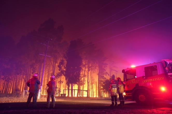 آتش نشانان در اول فوریه سال 2021 با آتش سوزی در وورولو ، نزدیک پرت استرالیا مقابله کردند.