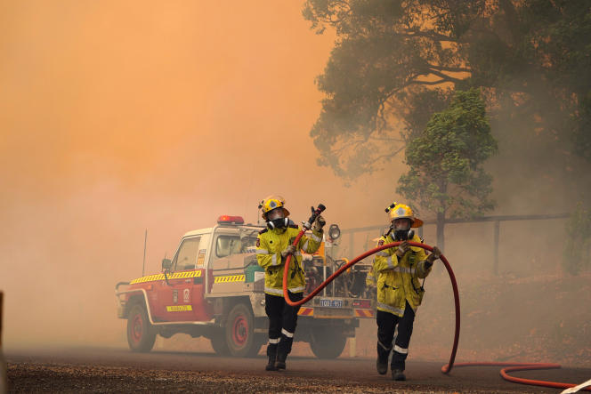 آتش نشانان هنگام آتش سوزی در حوالی وورولو ، در شمال شرقی پرت ، استرالیا ، در تاریخ 2 فوریه.