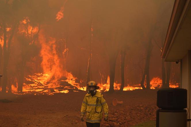 این آتش سوزی که در شمال شرقی شهر پرت در استرالیا در ساحل غربی در حال سوختن است ، ده ها خانه را ویران کرده است.