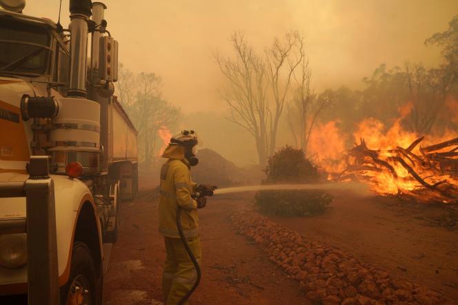 دود ، آسمان پرت را که حدود 30 کیلومتری غرب شعله های آتش است ، تاریک کرد.  در تاریخ 2 فوریه ، در نزدیکی Wooroloo ، شمال شرقی پرت.