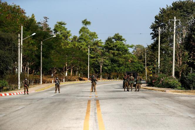 Des soldats montent la garde à un poste de contrôle militaire mis en place sur la route du Congrès, en Birmanie, le 1er février.