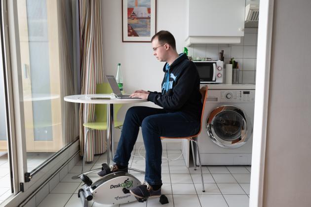 Pierre Schweitzer en télétravail chez lui, à Paris, le 28 février.
