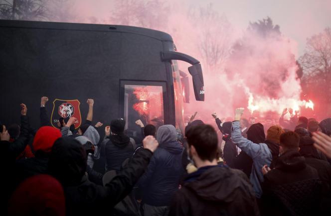Des fans à l'extérieur du stade alors que le bus de l'équipe rennaise arrive avant le match, le24 janvier.