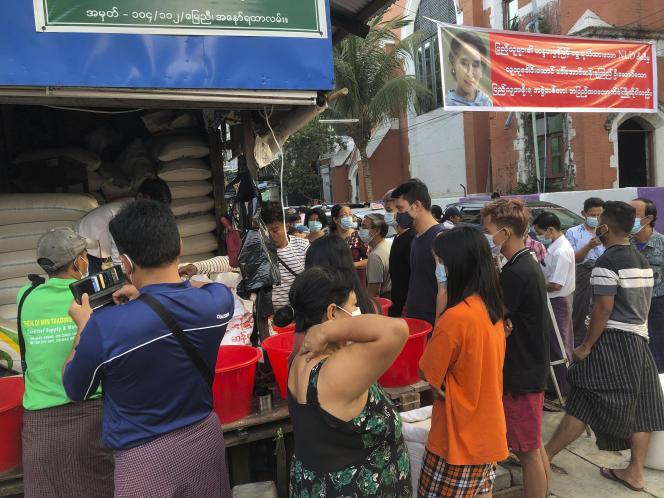 Des dizaines de personnes viennent s'approvisionner en riz, à Yangon (Birmanie), le 1er février.