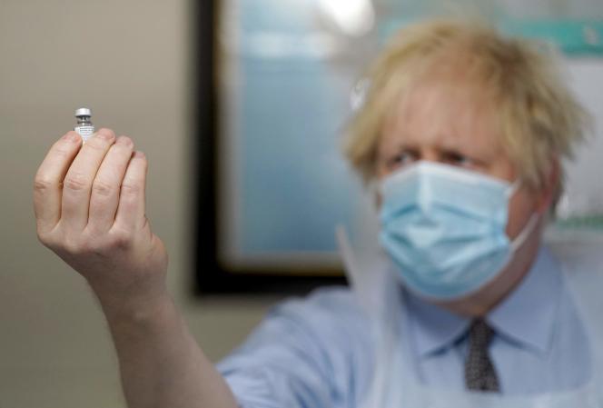 نخست وزیر انگلیس بوریس جانسون با یک ویال واکسن Pfizer / BioNTech هنگام بازدید از یک مرکز واکسیناسیون در بتل ، شمال انگلیس ، در تاریخ 1 فوریه.