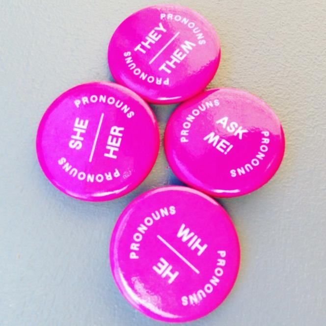 Les pronoms choisis s'exhibent sur des badges, désormais, aux Etats-Unis comme en France.