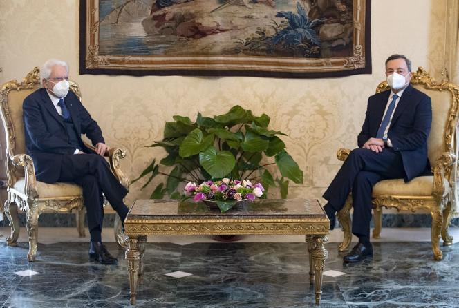 Mario Draghi (kanan) dan Presiden Italia Sergio Mattarella (kiri) di Quirinal Palace di Roma pada 3 Februari 2021.