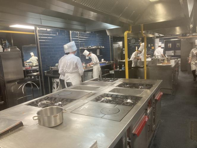 Dans les cuisines de l'école Médéric à Paris.