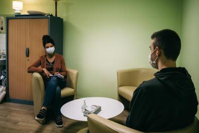 Un etudiant vient consulter pour la premiere fois une infirmiere. Il souffre de l'isolement lie au confinement et aux cours a distance. Depuis le debut de la pandemie de covid-19, les etudiants ont souffert du confinement et des cours a distance. Une etude de l'universite d'Amiens vient de le demontrer. France, Amiens. 01 fevrier 2021.