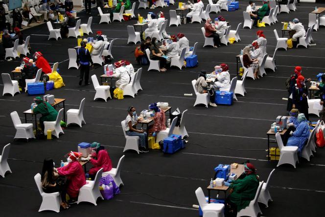 Des travailleurs du secteur médical se font vacciner contre le Covid-19 dans un stade, à Djakarta (Indonésie), le 4février.