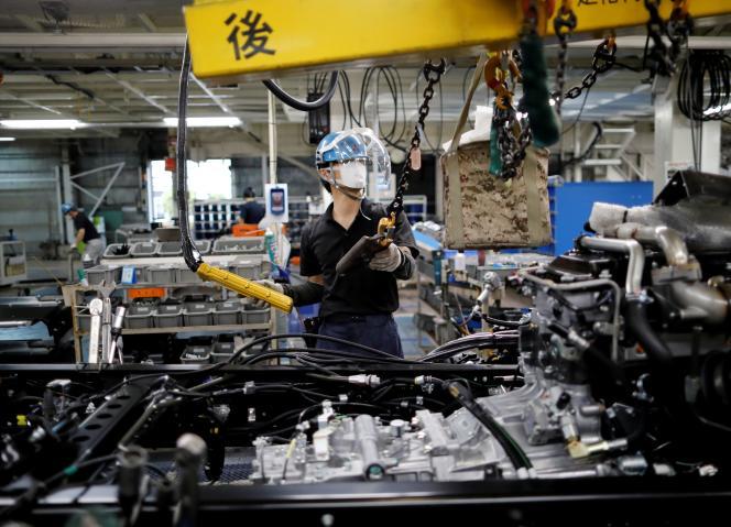 کارمندی که در خط مونتاژ خودرو در کارخانه Mitsubishi Fuso Truck and Bus Corp ، متعلق به شرکت آلمانی Daimler AG ، در کاوازاکی ، جنوب توکیو ، ژاپن ، 18 مه 2020 ، کار می کند.