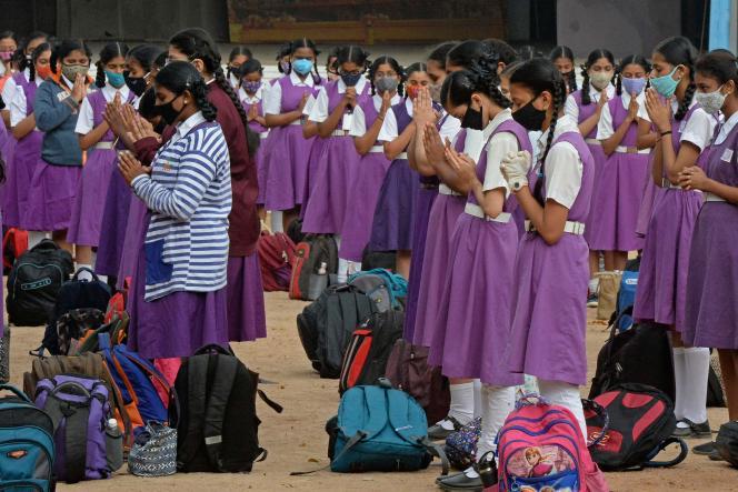 Des élèves lors de la prière d'assemblée après la réouverture des écoles après dix mois de fermeture en raison de l'épidémiede Covid-19, à Hyderabad (Etat du Télangana), le 1er février 2021.