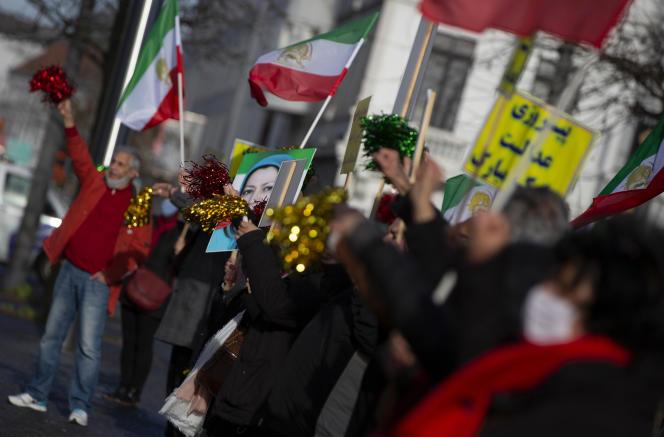 Des gens agitent des drapeaux après la condamnation de quatre personnes responsables de l'attentat déjoué à Villepinte, devant le palais de justice d'Anvers, en Belgique, le jeudi 4 février 2021.