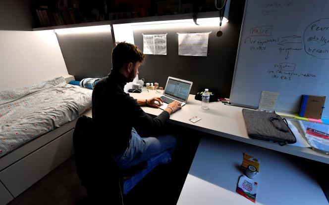 Un étudiant en deuxième année de maîtrise suit ses cours en ligne dans sa chambre de cité universitaire à Toulouse, le 1er février.