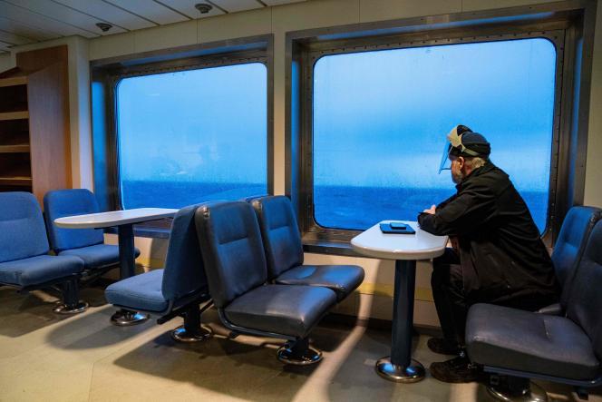 Le chauffeur d'un van transportant des vaccins, sur le ferry reliant la ville de Snaptun à l'île danoise d'Endelave, le 21 janvier.