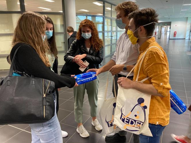 Dans les universités, de nombreuses associations d'étudiants organisent des distributions de protections périodiques, à usage unique ou réutilisables.
