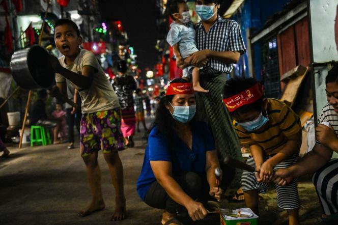 En la noche del 4 al 5 de febrero, Yangon Hong chocó con ollas y sartenes, marcando su oposición al complot.