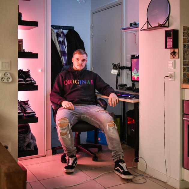 Tom, 19 ans, dans son appartement à Floirac (Gironde), le 4 février.