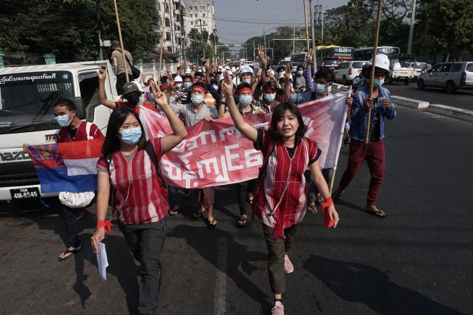 Manifestation contre le coup d'Etat militaire, à Rangoun, en Birmanie, samedi 6février.