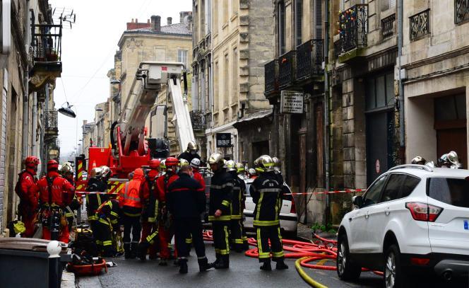 Sur le lieu de l'explosion survenue dans le quartier des Chartrons à Bordeaux, le 6 février.