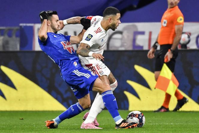 Memphis Depay (maillot blanc) comptabilise 13 buts en Ligue 1 cette saison après son doublé à domicile contre Strasbourg, samedi 6 février.