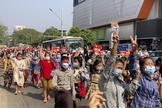 Manifestation contre le coup d'Etat militaire, à Rangoun, samedi 6 février.