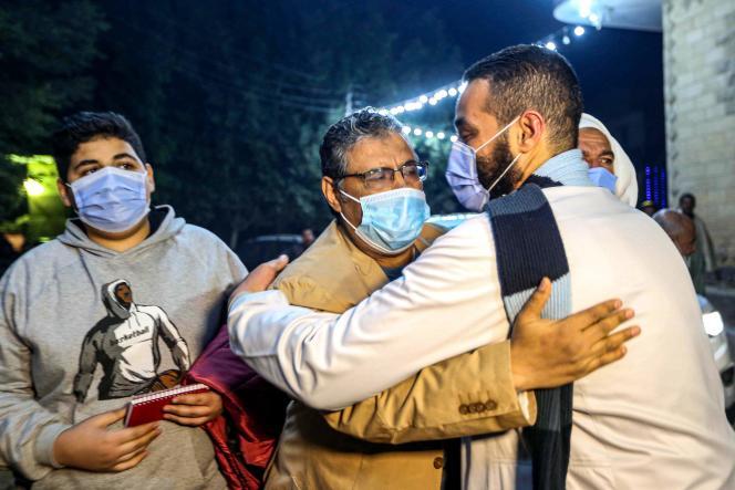 Der Journalist Mahmoud Hussein (Mitte) begrüßt seine Verwandten nach seiner bedingten Freilassung am 6. Februar.  Er wurde bis zu einem Gerichtsverfahren in Kairo (Ägypten) für vier Jahre inhaftiert.