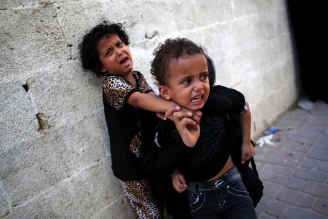 Des enfants lors des funérailles de deux frères âgés de 16 et 12 ans à Khan Younis, dans le sud de la bande de Gaza, en 2014.