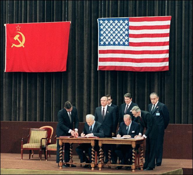 Le secrétaire d'Etat américain George Shultz (à gauche) et son homologue soviétique Edouard Chevardnadze, le 21 novembre 1985, lors de la signature d'une déclaration commune à la fin du sommet de deux jours entre les Etats-Unis et l'URSS.