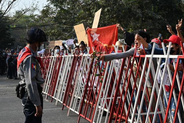 Demonstranten übergeben am 7. Februar Blumen an die Bereitschaftspolizei in Yangon.